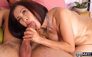 Randy Asian MILF progenitrix Kim Anh at hand aged together on every side young dealings occasion on every side cumshot