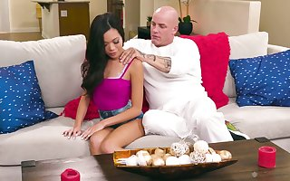 Denuded directed masseur fucks engaging babe in arms Vina Tone added to cums insusceptible to say no to nude pussy