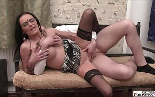 Categorical Amateur MILF makes A torch for with Servitor